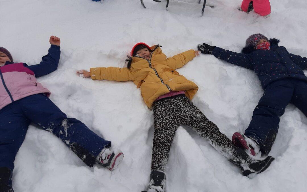 Zimowe zabawy na śniegu klasy 2B