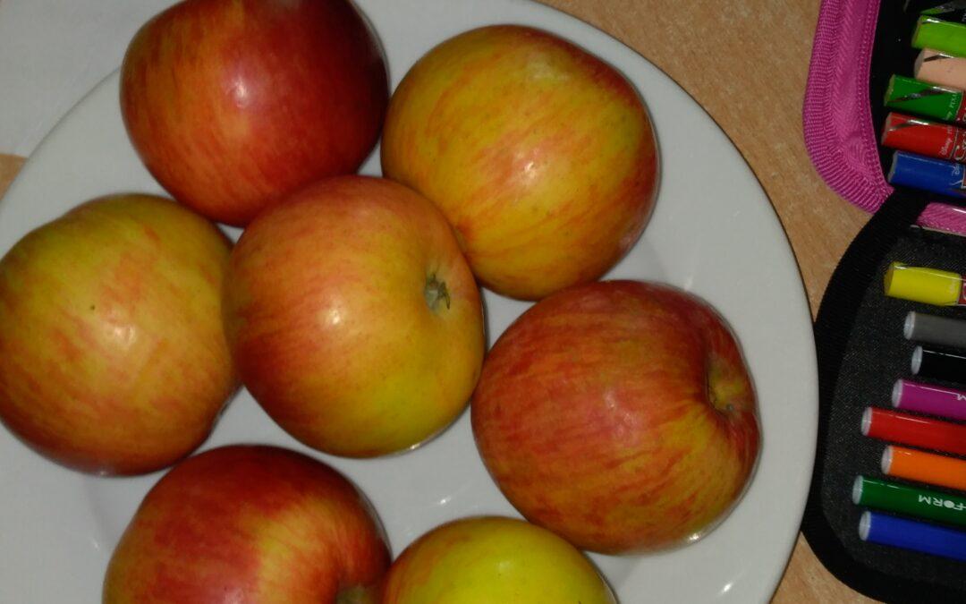 Dzień jabłek w świetlicy szkolnej.